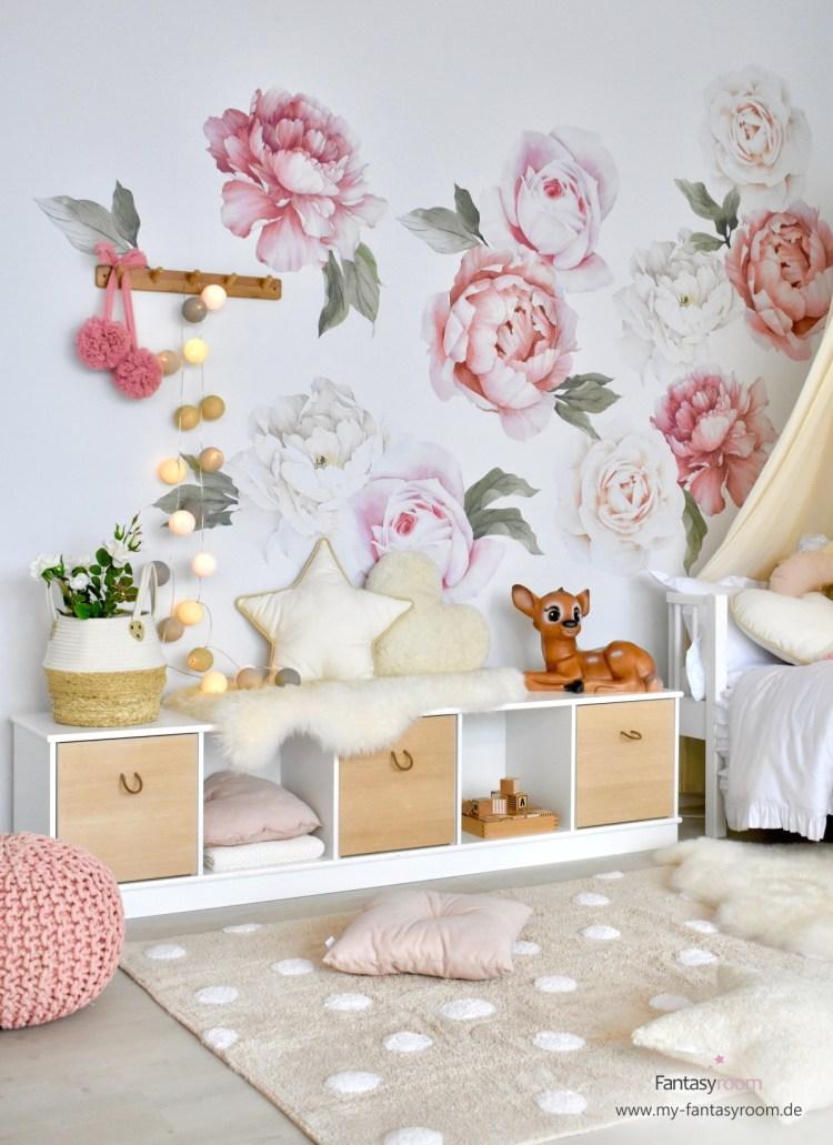 Mädchenzimmer in Naturtönen mit Blumen-Wandtattoos aus Stoff in Altrosa und Creme