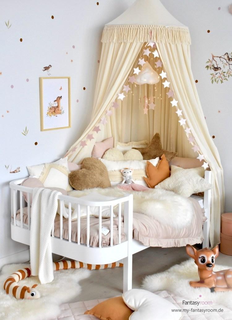 Mädchenzimmer in Naturtönen mit Waldtieren und Juniorbett 'Wood' von Oliver Furniture
