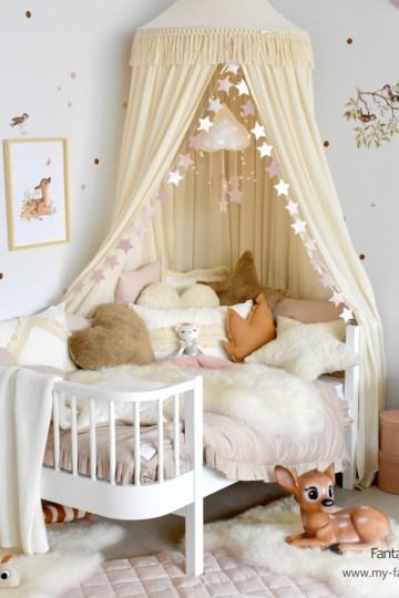 Kinderzimmer für Mädchen in Naturtönen mit Juniorbett und cremefarbenen Textilien