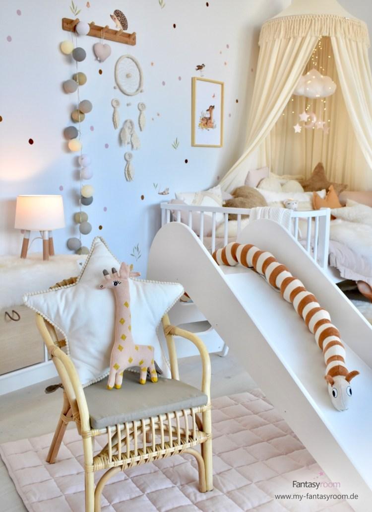 Gemütliches Mädchenzimmer mit Naturtönen, weißen Möbeln, Rutsche und Korbstuhl