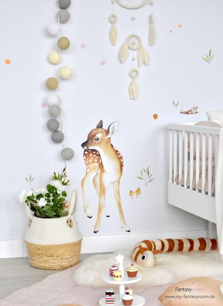Kinderzimmer Wand in Naturtönen mit Wandsticker 'Reh' von Lilipinso