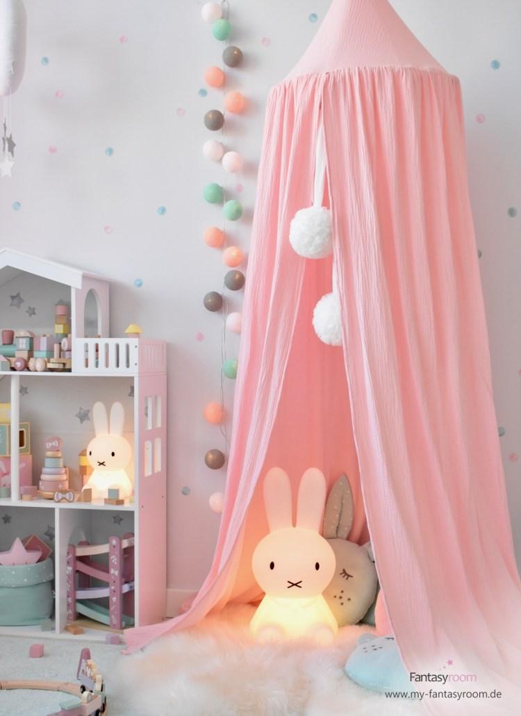 Kuschelecke für Mädchen mit Cotton Balls Lichterkette in Rosa und Mint und Musselin Baldachin