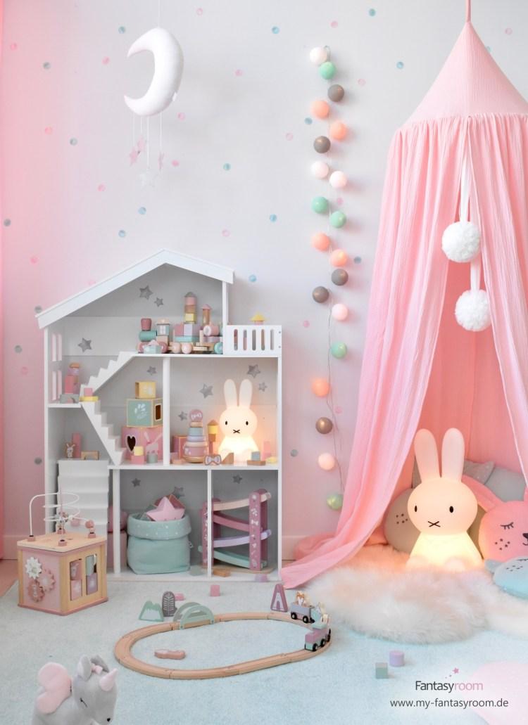Kinderzimmer für Mädchen mit Kuschelecke in Rosa und Puppenhaus Regal