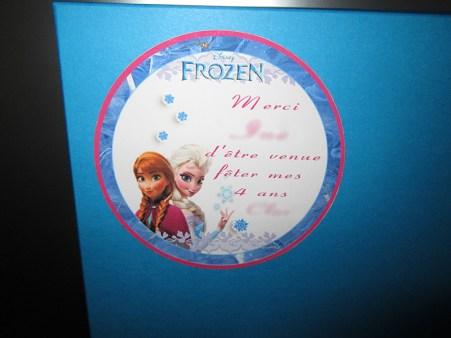 Imprimez un macaron pour personnaliser chaque boîte mystère reine des neiges