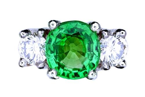 bague de fiançailles avec émeraude et diamants