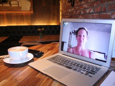 Appel vidéo avec une femme sur skype