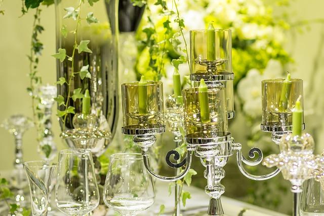 décoration de table vert avec bougies, photophores fleurs et verres