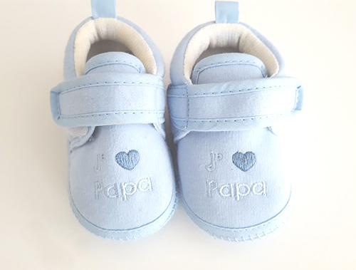 Annoncer une grossesse à papa avec une paire de chaussons de bébé