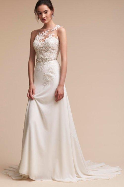 Robe de mariée asymétrique avec une seule bretelle sur l'épaule
