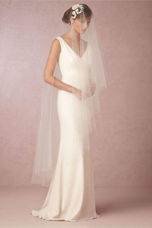 Robe de mariage à décolleté en V sans manches façon sirène et son voile de tulle blanc