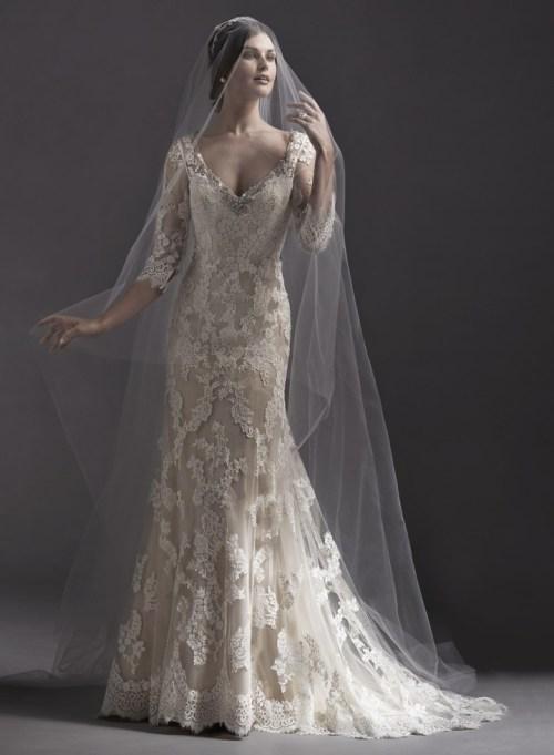 Robe de mariée en dentelle ivoire à col en V et son voile en tulle long
