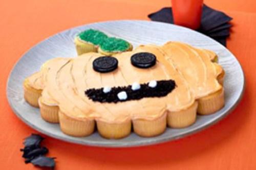 Gâteau de cupcakes citrouille pour Halloween représentant Jack O'Lantern