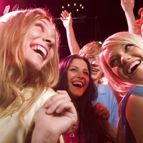 Jeunes amis dansant à une soirée