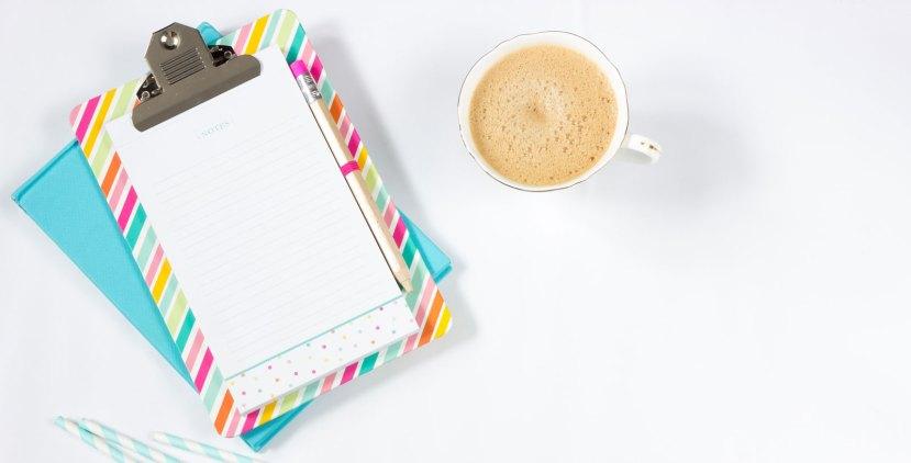 tasse de café et bloc notes multicolore