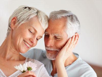 anniversaire de mariage d'un couple de séniors