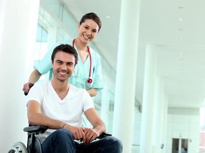 homme en fauteuil roulant sortant de l'hopital