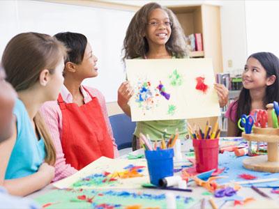 enfants montrant un dessin peint en couleurs