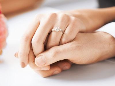 couple de fiancés se tenant par la main