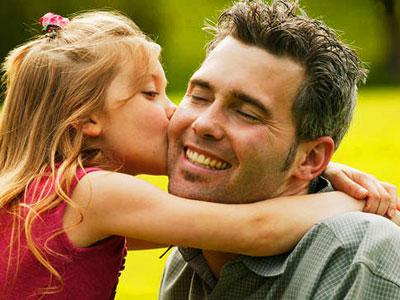 fillette embrassant son père pour la fête des pères
