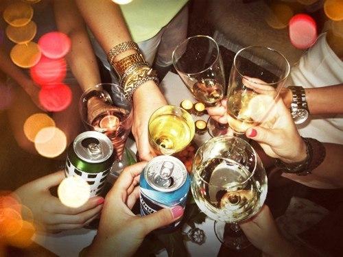 fête de pendaison de crémaillère où 7 amis lèvent leur verre pour trinquer