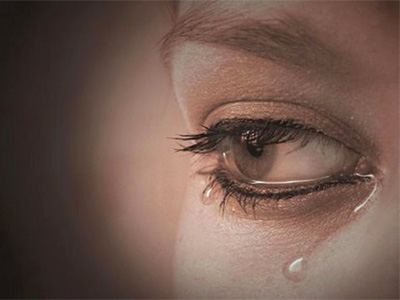 gros plan de l'oeil d'une femme qui pleure
