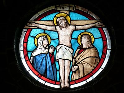 définition de Pâques - vitrail représentant Jésus sur la croix
