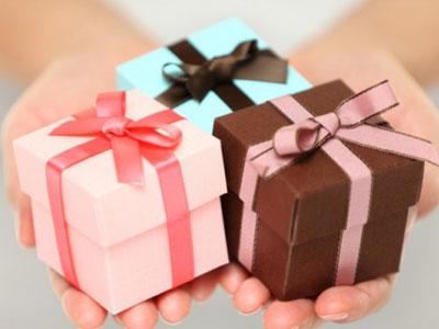 cadeaux de courtoisie: petits paquets rose, bleu et marron