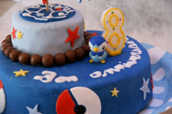 Beau gateau d'anniversaire pokemon bleu représentant le pokemon Tiplouf