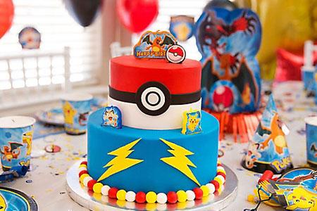Table d'anniversaire pokémon et gâteau pokemon bleu et rouge sur 2 étages