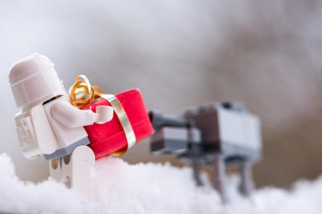 Un personnage lego apporte un cadeau