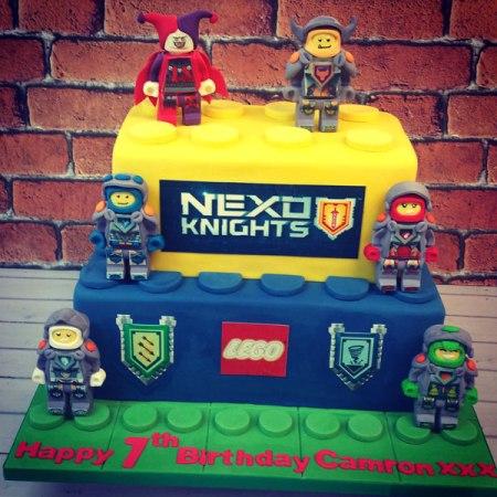 gateau d'anniversaire lego Nexo Knights à 2 étages jaune et bleu avec personnages lego nexo knights