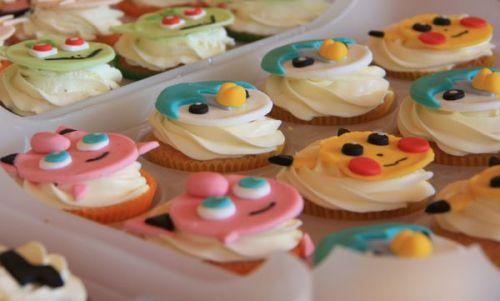 Mini cupcakes surmontés du visage de personnages pokemon en sucre