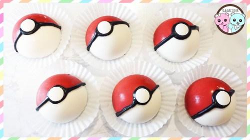 Pokeball rouges et blanches dans une collerette de papier: boules de mousse au chocolat pour gouter d'anniversaire