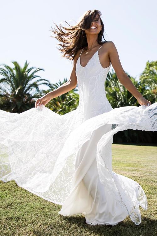 Robe de mariée à bretelles fines dessinée par Grace Loves Lace avec jupe en dentelle blanche fluide
