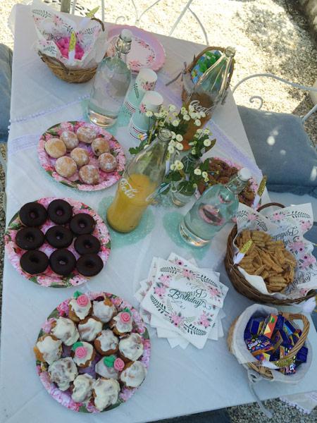 Goûter d'anniversaire boho chic: une jolie table et ses gourmandises