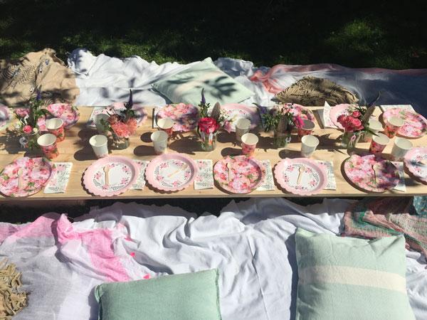 Table d'anniversaire boho: décoration et vaisselle de table