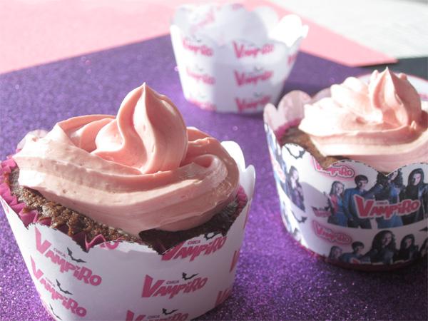 Goûter d'anniversaire Chica Vampiro présentant des cupcakes avec des corolles en papier chica vampiro