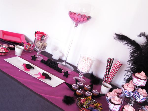 Gouter d'anniversaire Chica Vampiro et son buffet rose fushia et violet façon candy bar