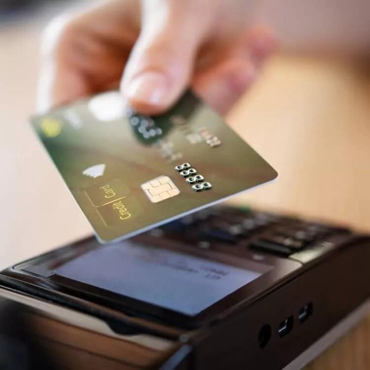 Un pago con una tarjeta de crédito