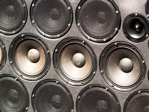 Dominican car stereo culture uses all the speakers