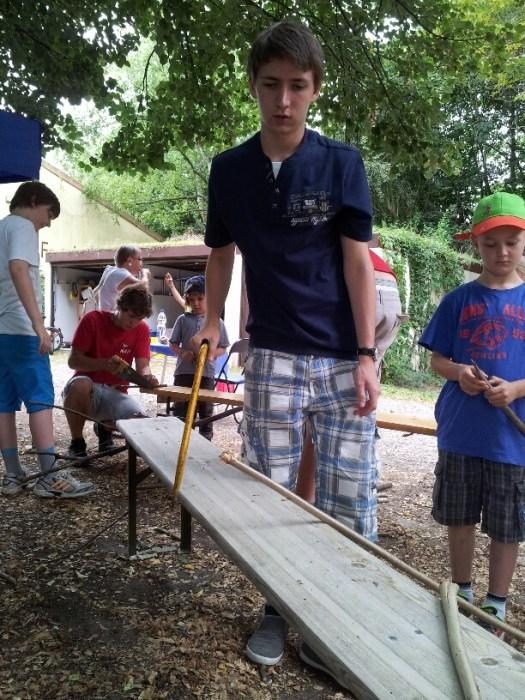 Auch die Säge kam beim Floßbau zum Einsatz