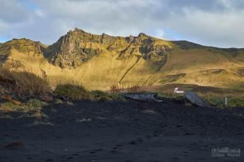 Vík í Mýrdal depuis la plage (seule l'église est visible ;)