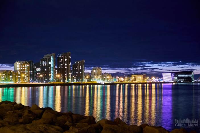 Vue de nuit sur la cîte aux abords de Reykjavik