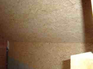 De muren zijn afgewerkt met houten platen, deze worden nog geverfd.