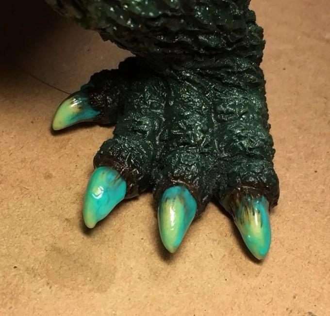 足の爪のマスキングゾルが乾いて半透明に