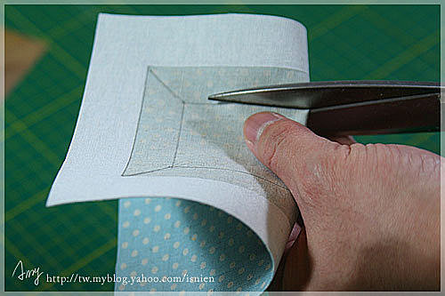 將布料對折剪下一刀,就可以順利的讓剪刀在布料裡面剪了。