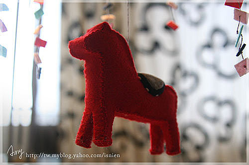 旋轉木馬只有中間這隻,用不織布作的,是立體的,第一次做被zou嫌太大隻,後來就做個小隻ㄧ點的。