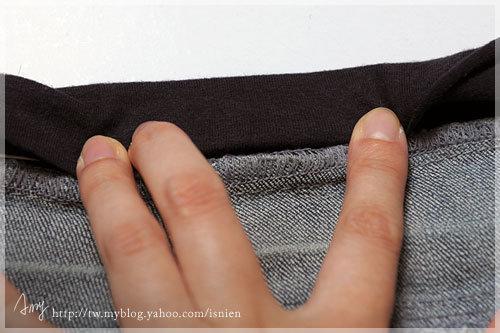 步驟6:折成三摺,完成圖如下。就可以開始車了,先車邊把鬆緊帶拉緊,這樣才能車起來有彈性,才是鬆緊帶ㄚ。