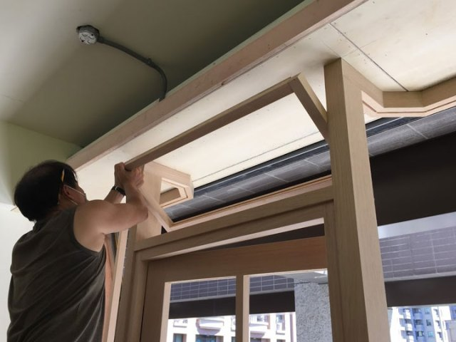 安裝木作氣窗中