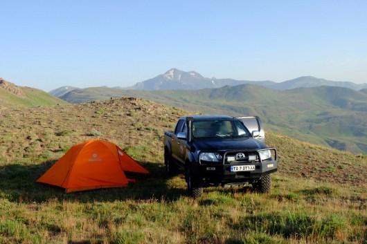 Mietwagen und Zelt